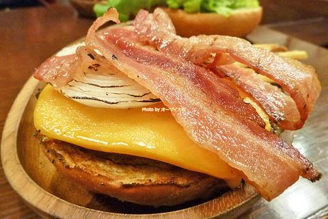 ジューシーなベーコンと厚切りチェダーチーズをトッピングした絶品ハンバーガー「クアアイナ なんばパークス店」大阪メトロなんば駅