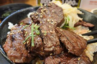 毎月29日は肉増し無料!大人気のハラミ丼はライスの特盛りがいつでも無料「難波肉劇場」大阪メトロなんば駅