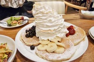ホイップクリームと4種類のフルーツがたっぷり!インスタ映え間違いなしのパンケーキ「エッグスンシングス」大阪メトロ心斎橋駅