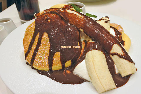 チョコソースを添えたバナナホイップのパンケーキ「幸せのパンケーキ 梅田店」大阪メトロ梅田駅