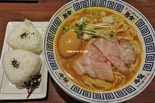 おにぎりをカレースープに投入で二度おいしい!大人気の味玉カレーラーメン「而今(じこん)四ツ橋店」大阪メトロ四ツ橋駅